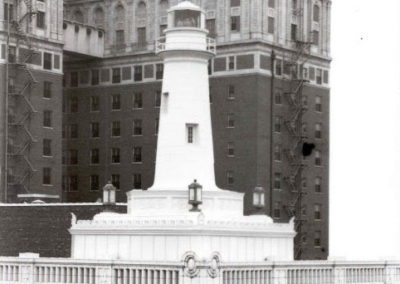 The original beacon on top of the building remained until 1976